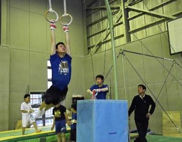 芳村さん(右端)から指導を受けてつり輪の練習に励む参加者ら