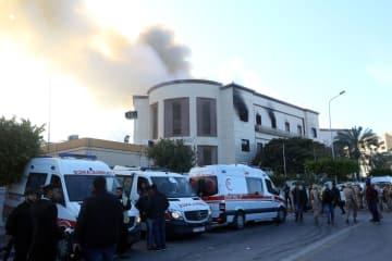 リビア外務省庁舎に襲撃、2人死亡