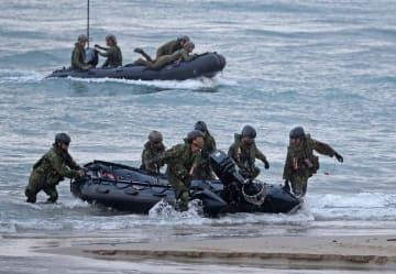 偵察用ボートで海岸に上陸する水陸機動団の隊員=10月、鹿児島県種子島