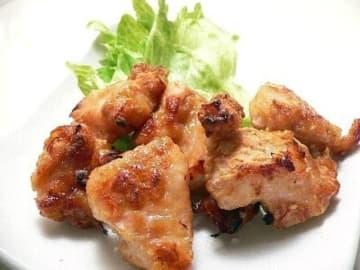 下味をつけた鶏肉に粉をまぶしてオーブントースターで焼くと、鶏肉自身の脂が衣の上に滲み出して、唐揚げになります。簡単な上に、油と脂をカットした、ヘルシー唐揚げの出来上がり!