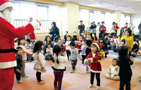 サンタクロースと一緒にダンスを楽しむ子どもたち
