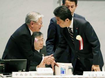 経団連が開いた審議員会に出席し、中西宏明会長(左)と握手する安倍首相=26日午後、東京都千代田区