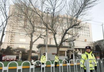 中国の人権派弁護士、王全璋氏の初公判が行われる天津市の第2中級人民法院前の道路を封鎖し警備する警察官=26日(共同)
