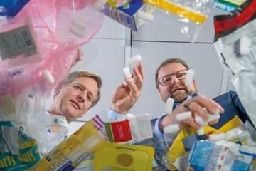 さまざまな種類のプラスチック廃棄物とそのリサイクルについて語り合うBASF「ChemCyclingプロジェクト」のシュテファン・グレーター氏と同社サステナビリティ・エキスパートのアンドレアス・キヒェラー氏