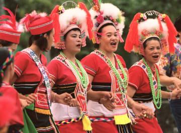 台湾の少数民族、アミ族の豊年祭で歌う女性たち=1999年、花蓮県(共同)