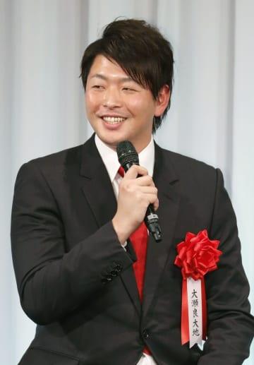 報知プロスポーツ大賞の表彰式で笑顔を見せる広島の大瀬良=26日、東京都内のホテル