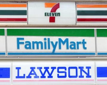 コンビニ大手3社の店舗看板。上からセブン―イレブン、ファミリーマート、ローソン