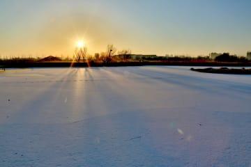 湿地照らす冬の朝日 甘粛省張掖市