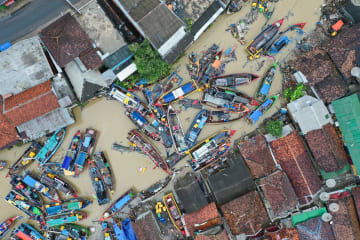 インドネシア、津波に見舞われた漁村