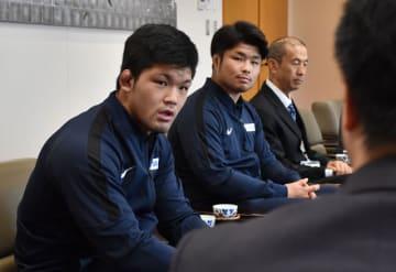 アスリートタウン延岡スポーツ特別賞を受賞し、今後の意気込みを語る(左から)大野、小林選手