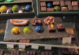 「ヤスヒロ・セノ」のチョコレート。宝飾品を思わせる商品も=神戸市中央区御幸通2(撮影・後藤亮平)