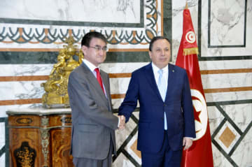 会談に先立ち、握手する河野外相(左)とチュニジアのジナウイ外相=26日、チュニス