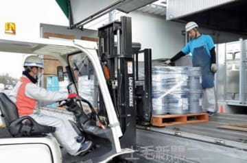 大型車に荷物を積むドライバー(右)。担い手は全国的に不足しており、人材確保策が急がれる=安中市のボルテックスセイグン(写真を一部加工しています)