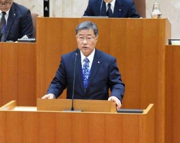 所信表明する小田新町長=大井町議会議場