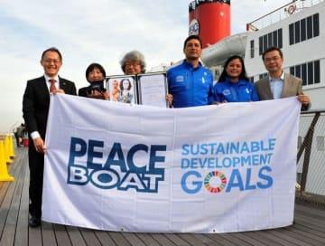 ピースボート35周年と100回記念クルーズを祝う関係者ら=横浜港大さん橋国際客船ターミナル