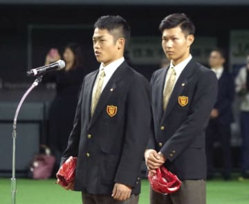 NPB12球団ジュニアトーナメントの開会式で、スピーチする大阪桐蔭高の根尾昂内野手(左)と藤原恭大外野手=27日午前、札幌ドーム