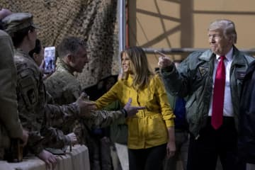 26日、イラク中西部のアサド空軍基地で兵士にあいさつするトランプ大統領(右)とメラニア夫人(AP=共同)