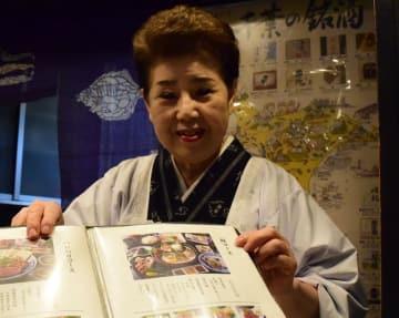 クジラが味わえるコース料理を紹介する石橋さん=26日、千葉市中央区の「千寿恵」