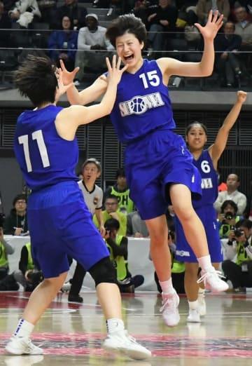 全国高校バスケットボール選手権女子準々決勝で桜花学園(愛知)を破り喜ぶ昭和学院の選手たち=26日、東京都調布市の武蔵野の森総合スポーツプラザ