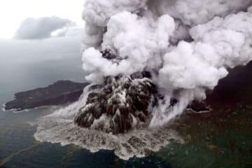 噴火する火山「アナック・クラカタウ山」=23日、インドネシアのスンダ海峡(ロイター=共同)