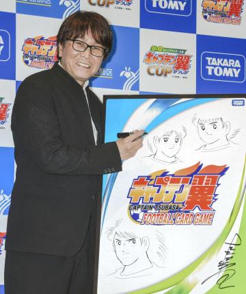「キャプテン翼」のキャラクターたちを描いた、漫画家の高橋陽一さん=27日、東京都内