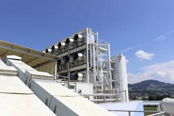 ごみ焼却施設がある建物の屋上に設置されたCO2回収プラント=8月、スイス中部(共同)