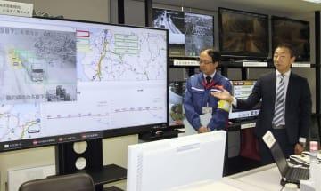 AI技術を活用した交通障害検知システムについて説明する国交省福井河川国道事務所の関係者=27日午後、福井市