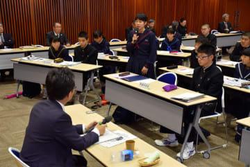 読谷山市長に質問や意見を述べる生徒会役員の中学生