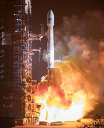 中国のGPSシステム「北斗」で使われる測位衛星2基を搭載し打ち上げられるロケット=11月、四川省西昌衛星発射センター(新華社=共同)