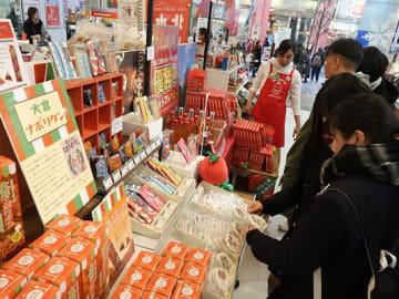イベントで商品を選ぶ来場者=21日、東京都豊島区の東急ハンズ池袋店