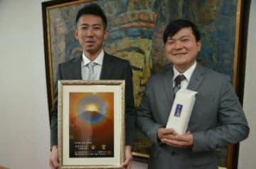「臼杵市の米農家の励みになれば」と受賞を喜ぶ渡辺賢典さん(左)と広瀬貴彦さん=臼杵市