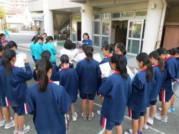 練習前に部活動の顧問から話を聞く女子中学生=海老名市内(写真と本文は直接関係ありません)