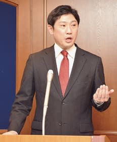 出馬会見で「一つでも多くの課題に結果を出したい」と語る青山剛市長