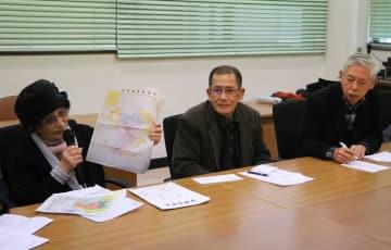 長崎市に対し、被爆体験者の救済を訴える岩永代表(左)ら=同市役所