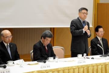 ILC誘致に向けた正念場を迎え、両県の協力を呼び掛ける飯沢匡県議(右から2人目)