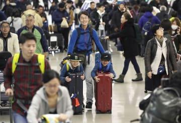 出国ラッシュが始まり混雑する関西空港の国際線出発ロビー=28日午前