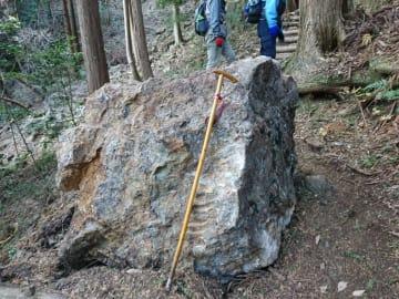 古賀志山ハイキング南コース上に落ちた岩=23日午前、宇都宮市内