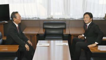 国民民主党の玉木代表(右)と会談する自由党の小沢共同代表=28日午後、東京・永田町