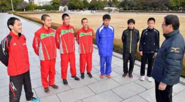 岩本監督(右端)から指示を受ける広島県チームの中高生