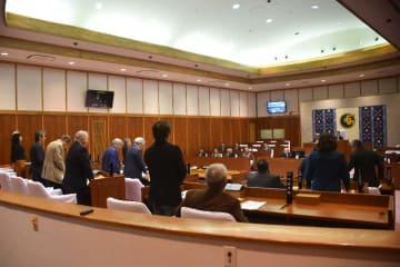 脱走兵事件に関する2度目の抗議決議を賛成多数で可決する読谷村議会=28日午前11時ごろ、読谷村議会