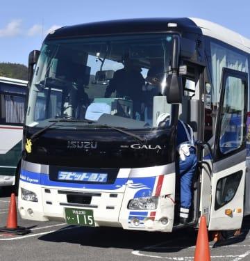 紀勢自動車道で運転手が意識を失い、事故を起こしたバスの前部=11月15日、三重県尾鷲市