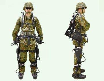パワードスーツを装着した自衛隊員(防衛装備庁提供)