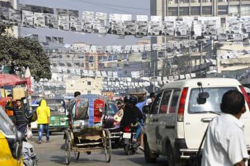 28日、バングラデシュの首都ダッカで掲げられた与党候補の選挙ポスター。野党候補のポスターはほとんど見られない(共同)