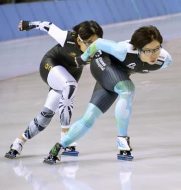 調整する女子の小平奈緒(右)=明治北海道十勝オーバル