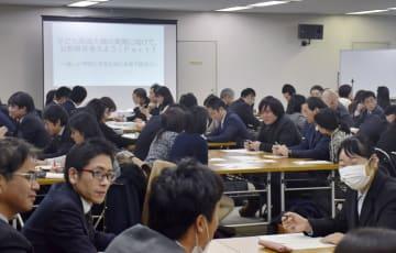 市立小、中学校での時間割や学年の枠を廃止した授業の導入に向け、教員らが参加して開かれた勉強会=28日午後、名古屋市