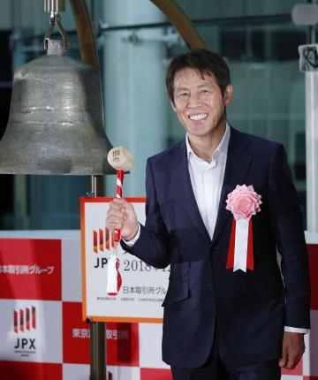 東京証券取引所の大納会で、鐘の前でポーズをとるサッカー日本代表の西野朗前監督=28日午後、東京・日本橋兜町