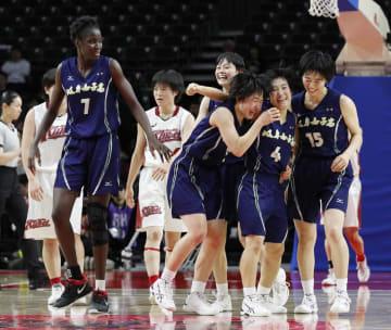 大阪薫英女学院を破って優勝を決め、喜ぶ岐阜女の選手=武蔵野の森総合スポーツプラザ