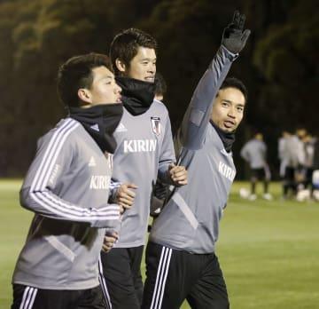 ファンの声援に応える(右から)長友、酒井宏、堂安=千葉県内