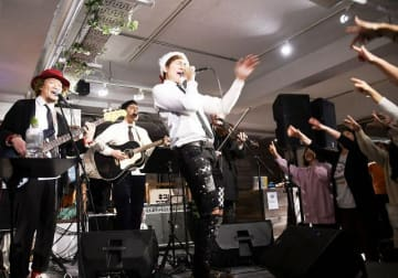 今年最後のワンマンライブで熱唱するクレイ勇輝さん(中央)=22日、鎌倉LOOP