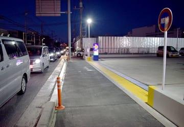 トラックと自転車が衝突した歩道=28日午後5時10分ごろ、埼玉県所沢市亀ケ谷